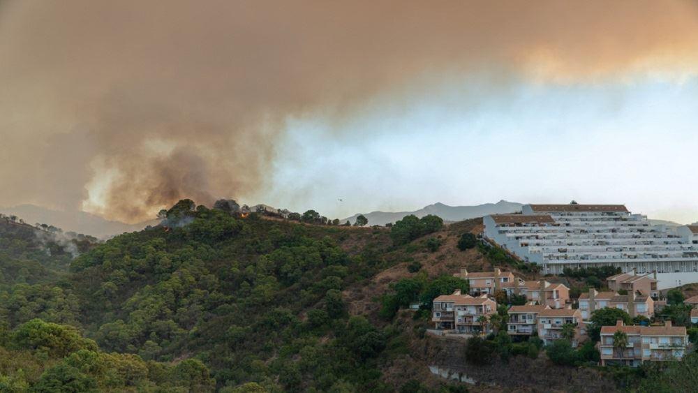 Ισπανία: Οι ισχυροί άνεμοι και οι υψηλές θερμοκρασίες ενισχύουν την πυρκαγιά κοντά στο θέρετρο Εστεπόνα