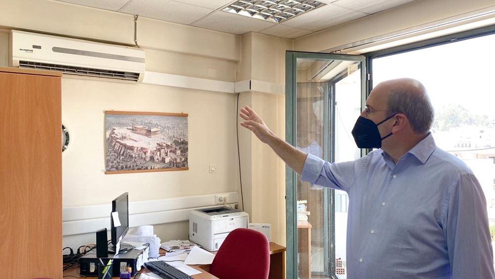Προβληματική λειτουργία των air conditions διαπίστωσε ο Κ. Χατζηδάκης σε αιφνιδιαστική επίσκεψη στον ΕΦΚΑ Κορίνθου