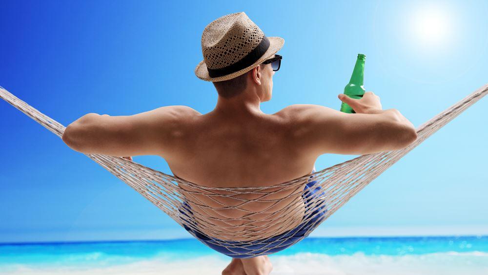 Μήπως η ξαπλώστρα στην παραλία καταπονεί το σώμα σας;