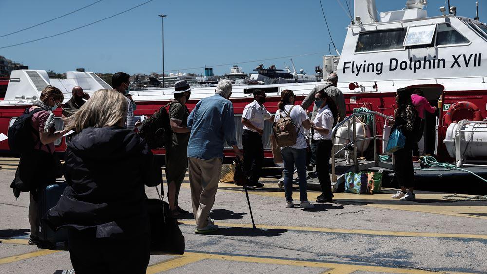 Το... αδιαχώρητο στο λιμάνι του Πειραιά μετά την απελευθέρωση των μετακινήσεων