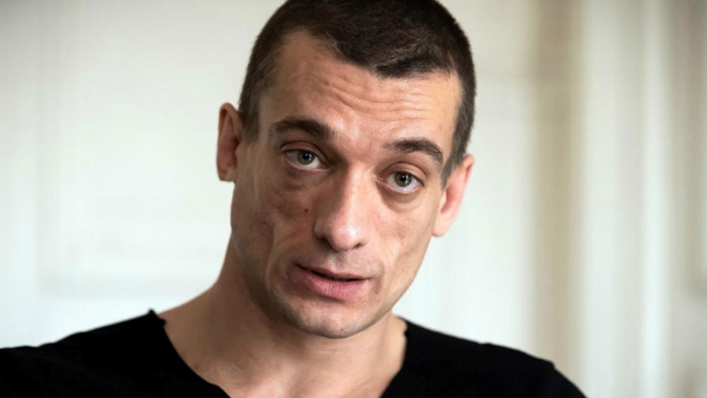 """Γαλλία: Συνελήφθη για άλλο περιστατικό Ρώσος καλλιτέχνης που διέρρευσε το """"ροζ"""" βίντεο για τον υποψήφιο δήμαρχο Παρισίων"""