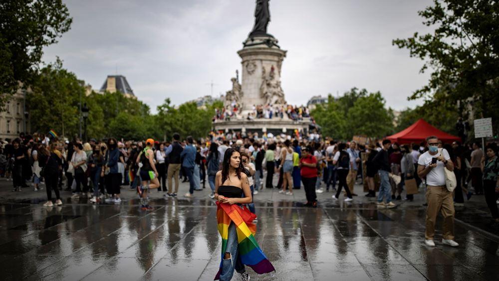 Διαδήλωση στο Παρίσι για τα δικαιώματα των ομοφυλόφιλων, με το βλέμμα στραμμένο στην Ουγγαρία