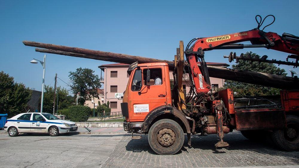 """Συνεχίζει τον """"αγώνα δρόμου"""" ο ΔΕΔΔΗΕ για την αποκατάσταση των ζημιών στο δίκτυο ηλεκτροδότησης"""