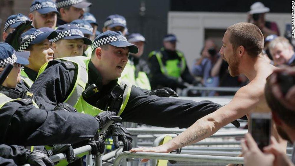 Βρετανία: Ακροδεξιοί συγκρούστηκαν με διαδηλωτές κατά του ρατσισμού