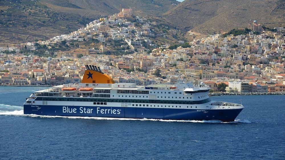 Στη Σύρο παραμένει το Blue Star Paros με 566 επιβάτες