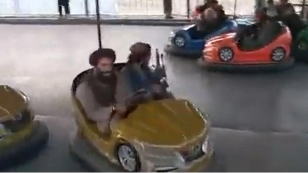 """Αφγανιστάν: Βίντεο με Ταλιμπάν να """"διασκεδάζουν"""" σε λούνα παρκ στην Καμπούλ"""