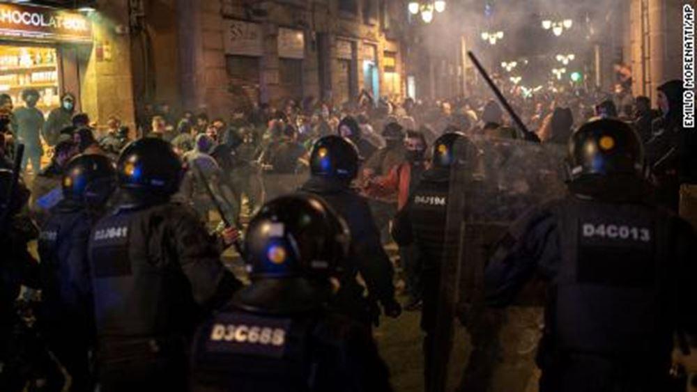 Ισπανία: Επεισόδια σε πολλές πόλεις στις διαμαρτυρίες κατά των περιοριστικών μέτρων