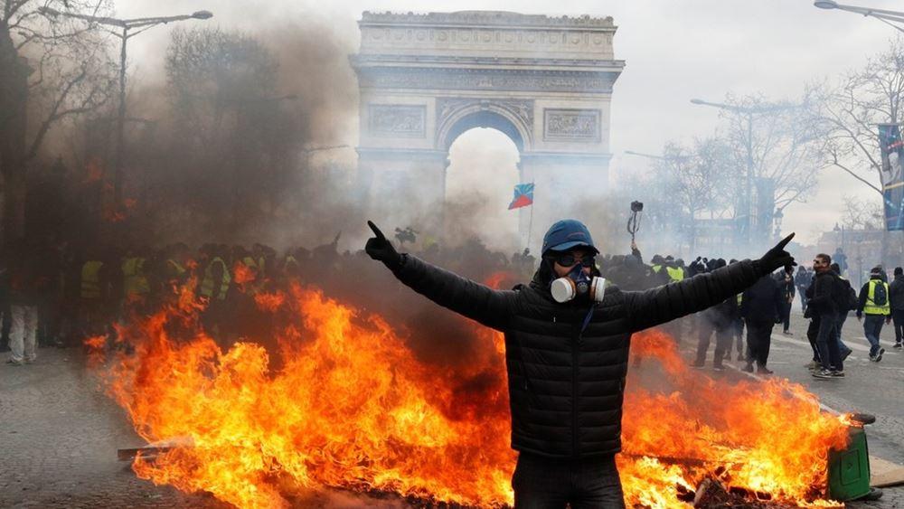 """Γαλλία: Συγκρούσεις ανάμεσα σε αστυνομία και """"κίτρινα γιλέκα"""" στο Παρίσι"""