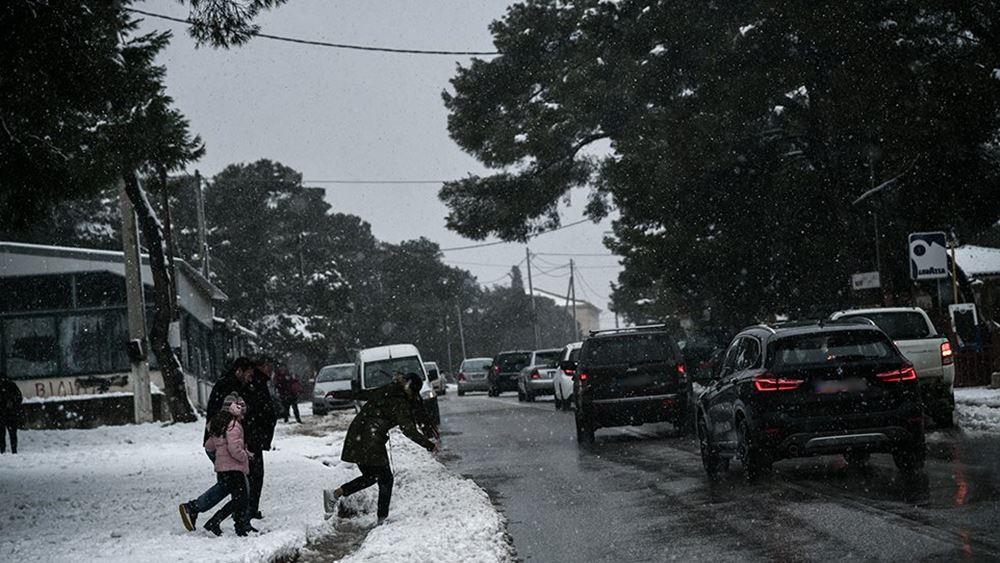 """Ενισχύεται η """"Ζηνοβία"""": Χιόνια στην Αττική και τσουχτερό κρύο"""