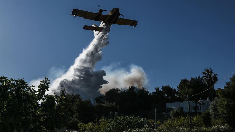 Σε εξέλιξη πυρκαγιές σε Βαρνάβα και Ελευσίνα