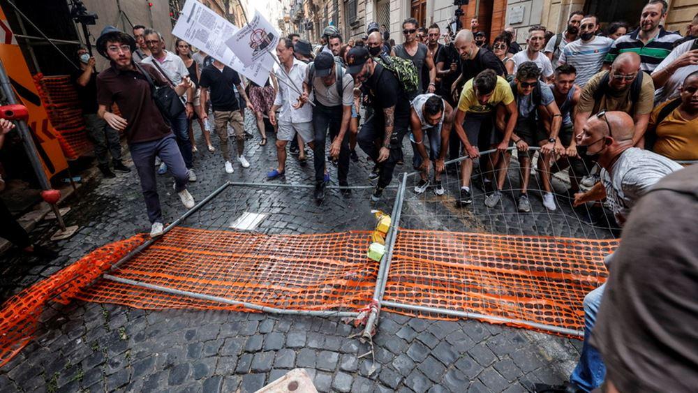 """Ιταλία: Κινητοποίηση κατά του """"πράσινου πάσου εμβολιασμένων"""" στη Ρώμη"""