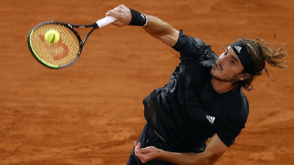 Θρίαμβος Τσιτσιπά: Προκρίθηκε πανηγυρικά στους '8' του Roland Garros