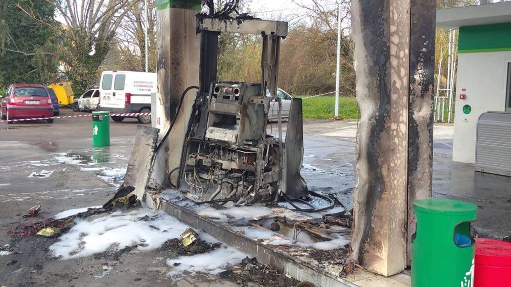 """Κέρκυρα: Αυτοκίνητο """"έπεσε"""" σε αντλία βενζινάδικου και έγινε παρανάλωμα του πυρός"""