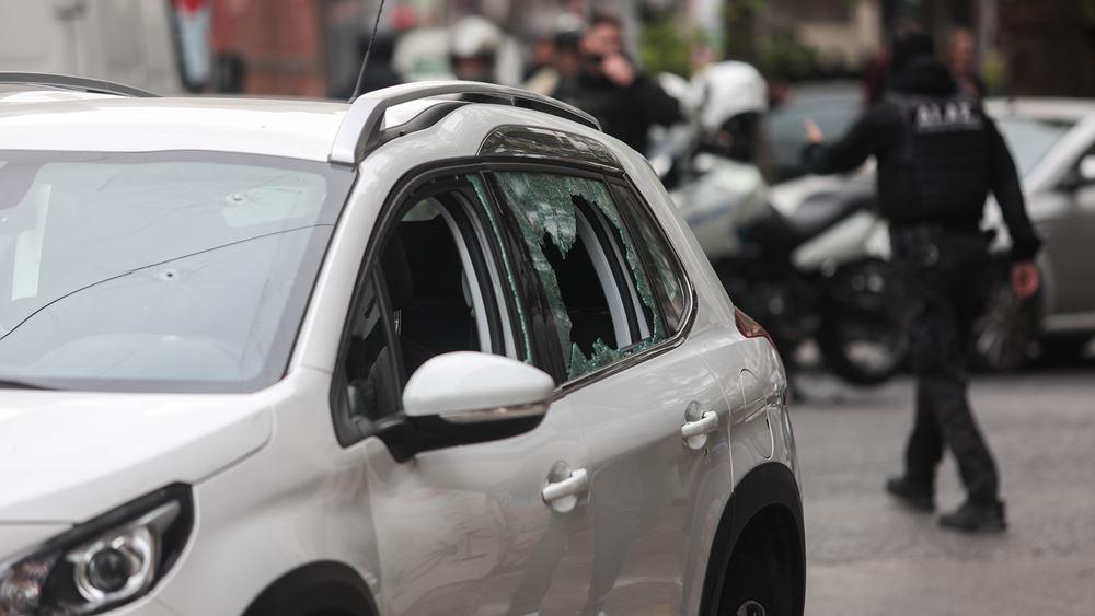 Αυτοκίνητο εμβόλισε περιπολικό στο κέντρο της Αθήνας – Πυροβόλησε ο αστυνομικός