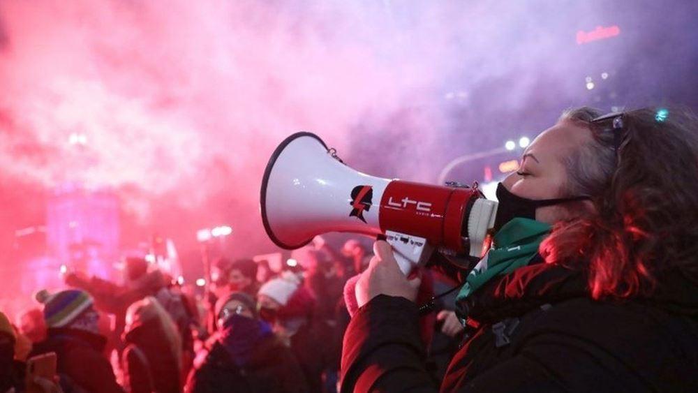 Πολωνία: Τρίτη νύχτα διαδηλώσεων κατά του διατάγματος που απαγορεύει τις αμβλώσεις
