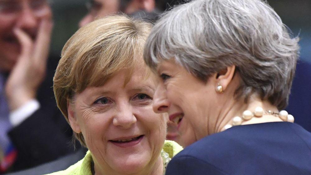"""""""Πολύ ικανοποιημένη"""" η Μέρκελ από το σχέδιο συμφωνίας με τη Βρετανία"""