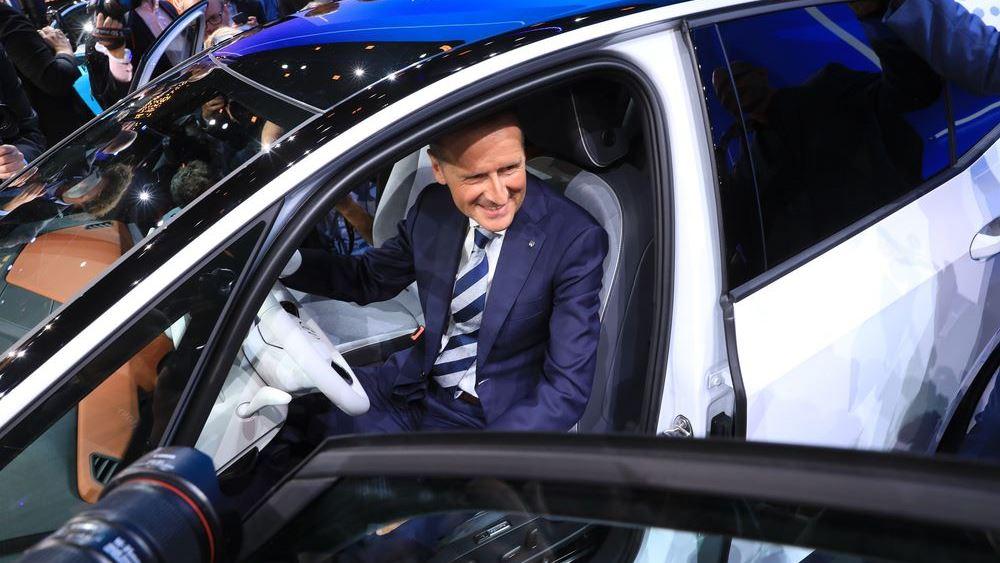 """Ο """"Κάιζερ"""" της Volkswagen απειλεί ανοικτά τον τεχνολογικό θρόνο του Elon Musk"""