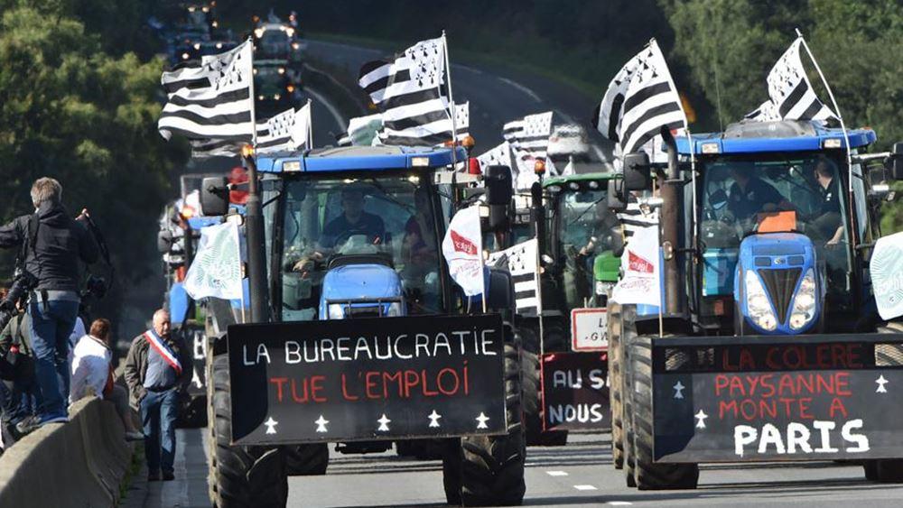 Γαλλία: Με τα τρακτέρ στο Παρίσι οι αγρότες που διαμαρτύρονται για την πολιτική της κυβέρνησης