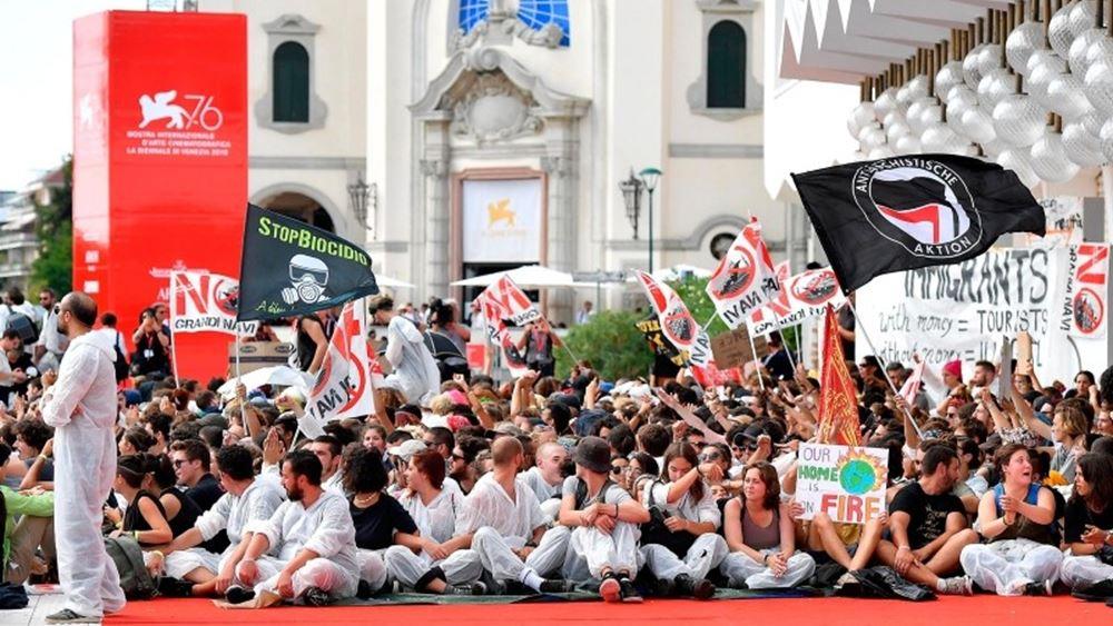 Ακτιβιστές για το κλίμα κατέλαβαν το κόκκινο χαλί στο κινηματογραφικό φεστιβάλ της Βενετίας