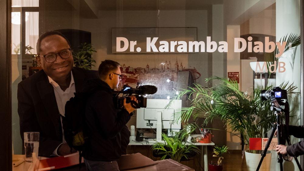 Γερμανία: Ο πρώτος μαύρος βουλευτής στην ιστορία της χώρας δέχθηκε απειλές κατά της ζωής του