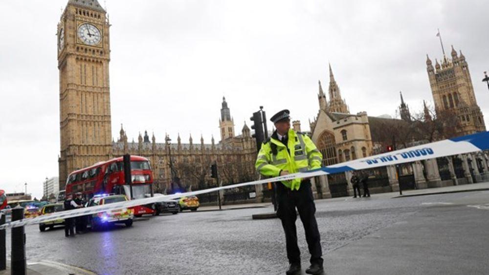 Βρετανία: Η αστυνομία κρατεί άνδρα που περιλούστηκε με εύφλεκτο υγρό έξω από το κοινοβούλιο