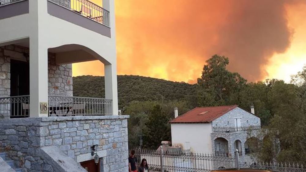 Αν. Μάνη: Μάχη της Πυροσβεστικής για να κρατηθεί η φωτιά μακριά από το Γύθειο