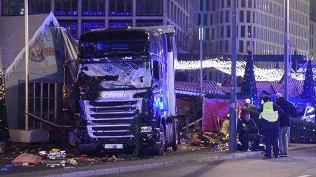 Τρόμος στο Βερολίνο: Φορτηγό έπεσε σε πλήθος σε χριστουγεννιάτικη αγορά