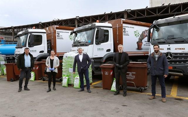 Ο Πατούλης παρέδωσε στον Δήμαρχο Πειραιά 5 απορριμματοφόρα και 600 καφέ κάδους για τη συλλογή οργανικών αποβλήτων