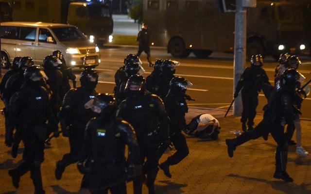 Χάος στη Λευκορωσία: Συγκρούσεις αστυνομικών και διαδηλωτών στο Μινσκ - Δεκάδες συλλήψεις