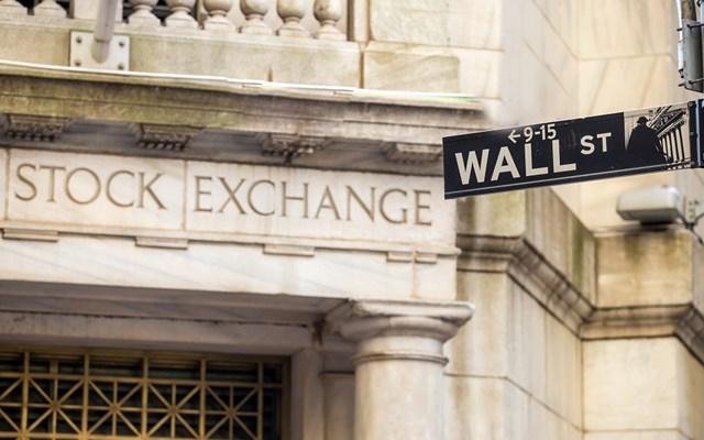 Στα χαμηλά ημέρας το κλείσιμο της Wall, βουτιά 400 μονάδων ο Dow Jones