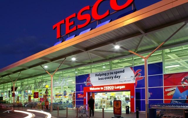 Βρετανία: Η Tesco επιβάλλει περιορισμούς στις ποσότητες προϊόντων που μπορούν να αγοράσουν οι καταναλωτές