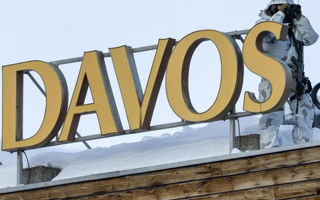 Παγκόσμιο Οικονομικό Φόρουμ: Με δακρυγόνα και αντλίες νερού απώθησαν διαδηλωτές στη Ζυρίχη