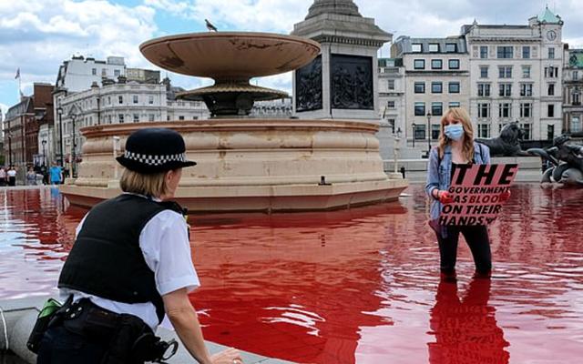 Λονδίνο: Ακτιβιστές υπέρ των δικαιωμάτων των ζώων έριξαν κόκκινη μπογιά σε σιντριβάνια στην πλατεία Τραφάλγκαρ