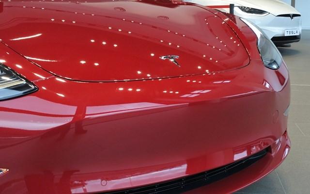 Προσυνεδριακή βουτιά 6% για την Tesla στον απόηχο των ανακοινώσεων για τη νέα μπαταρία