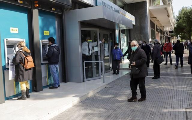 Ουρές και σήμερα στις τράπεζες