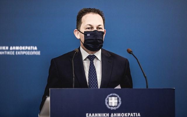 Πέτσας για επίθεση στο γραφείο του Μηταράκη: Η κυβέρνηση δεν πτοείται από τέτοιες επιθέσεις