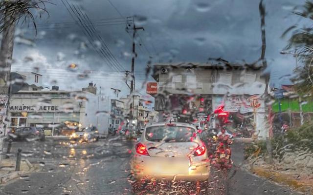 Έφτασε στην Κρήτη ο Ιανός , κλείνουν γέφυρες, πλημμύρισαν καταστήματα