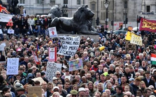 Λονδίνο: Συγκρούσεις αστυνομικών με διαδηλωτές στην Πλατεία Τραφάλγκαρ για τα περιοριστικά μέτρα κατά του κορονοϊού