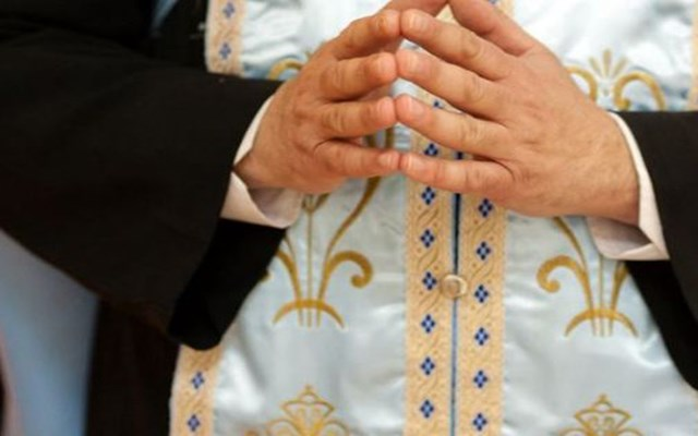 Πολωνία: Ιερέας εξομολογεί τους πιστούς στο... πάρκινγκ της εκκλησίας