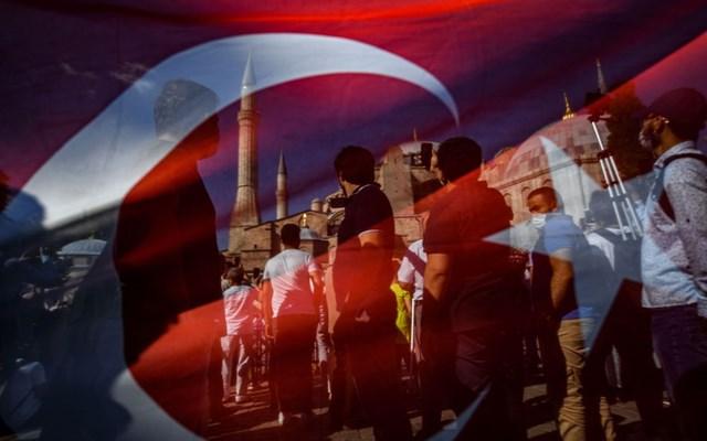Bloomberg: Ο Ερντογάν στηρίζει την αναγέννηση μιας ισλαμικής Τουρκίας στην Αγία Σοφία