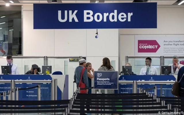 Η Βρετανία περιορίζει τη μετανάστευση