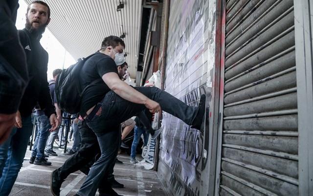 Ποινική δίωξη στον αστυνομικό που καταγγέλλεται ότι εμπόδισε σύλληψη διαδηλωτή