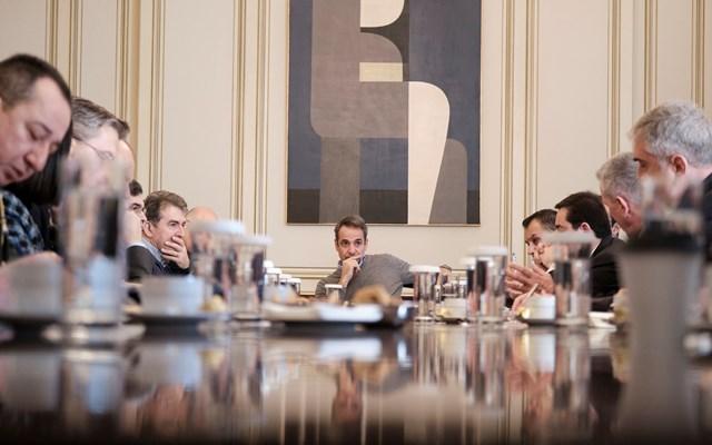 Η κυβέρνηση πατάει… φρένο στον εσωτερικό εφησυχασμό για τον κορονοϊό