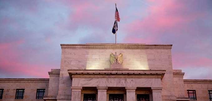 """Οι οικονομολόγοι εξηγούν τι θα συμβεί αν η Fed """"δώσει"""" στον Τραμπ τα αρνητικά επιτόκια"""
