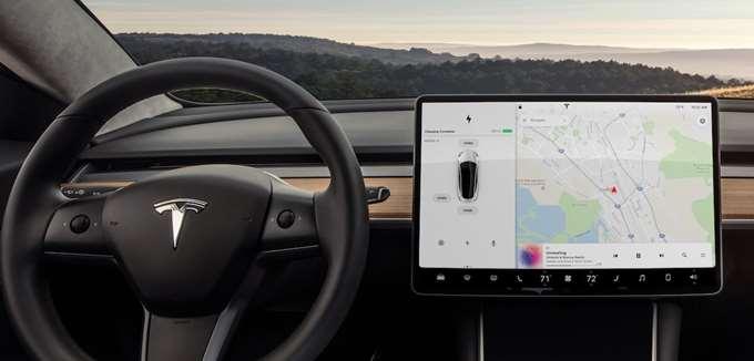Το Model 3 περικλείει τον ενθουσιασμό της Tesla σε ένα εντυπωσιακό πακέτο