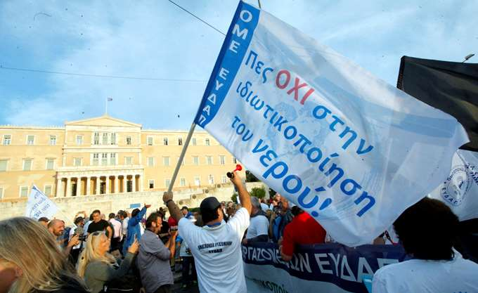 Σε εξέλιξη η πορεία της ΑΔΕΔΥ στο κέντρο της Αθήνας
