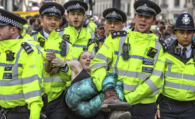 Λονδίνο: Δεκάδες μέλη της Extinction Rebellion προχώρησαν σε ακτιβιστική ενέργεια στο μουσείο Φυσικής Ιστορίας