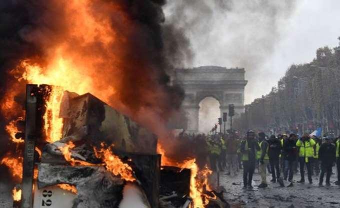 """Γαλλία: Πικρή για τον Μακρόν η επόμενη μέρα της εξέγερσης των """"κίτρινων γιλέκων"""" στα Ηλύσια Πεδία"""