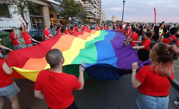 Άγνωστοι φέρονται να έριξαν στον Θερμαϊκό δύο συμμετέχοντες στο Thessaloniki Pride
