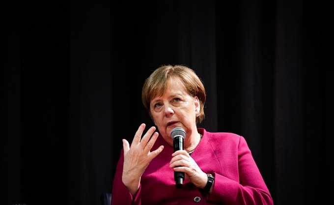 """Μέρκελ για Αυστριακό πρώην αντικαγκελάριο: Να αντισταθούμε στους πολιτικούς """"προς πώληση"""""""